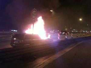 Nach der Ausfahrt aus dem Tunnel brannte der Wagen lichterloh. Foto: Hamburger Feuerwehr