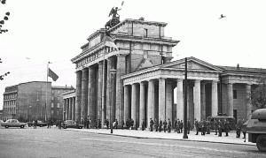 Blick vom Südwesten auf die Grenzbildung am Brandenburger Tor, 13. August 1961. Foto: Steffen Rehm / Wikimedia Commons