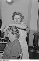 Friseurin ist wie schon seit jahrzehnten einer der beliebtesten Frauenberufe. (Foto: Deutsche Fotothek/(CC BY-SA 3.0 DE)