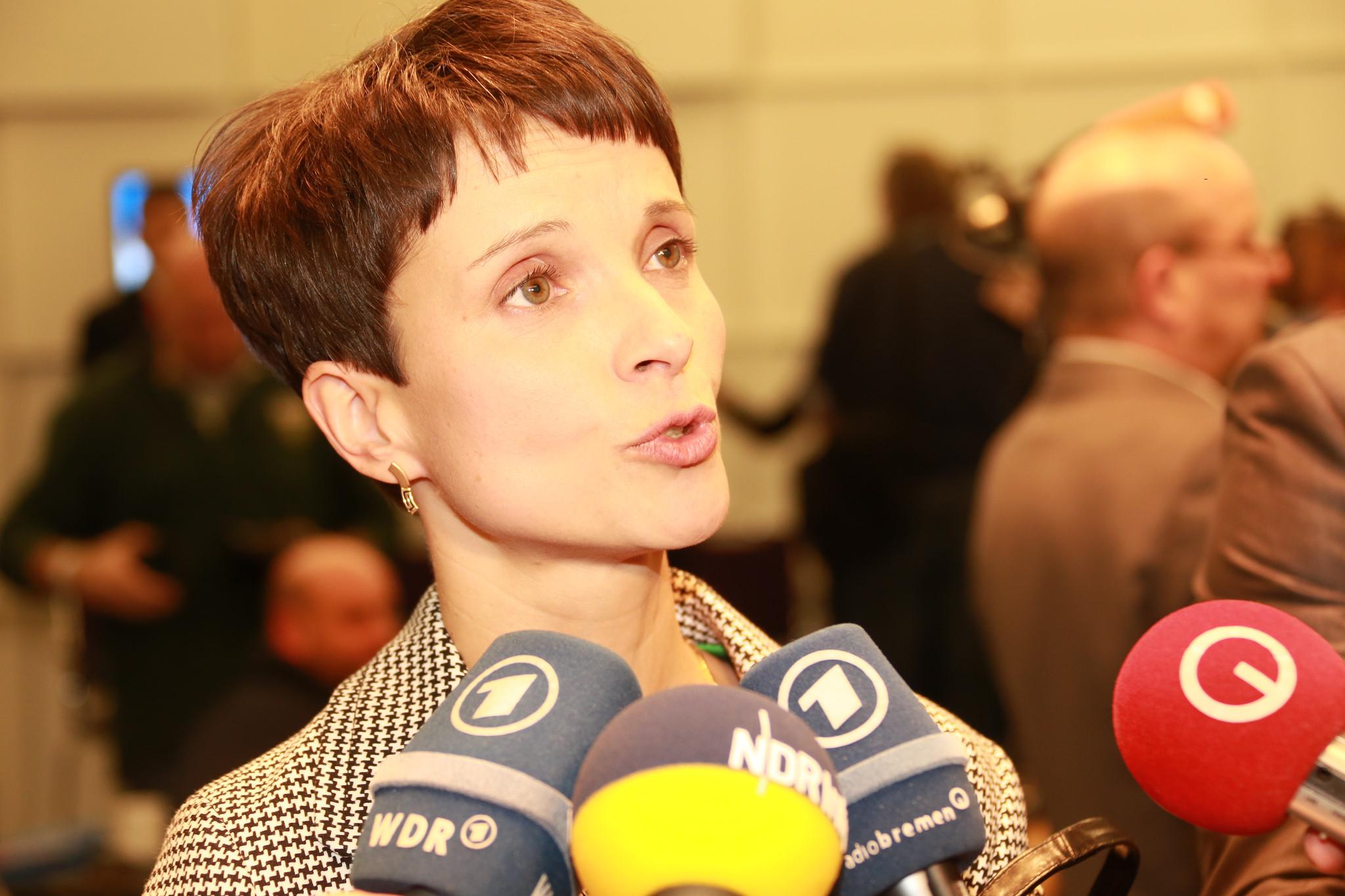 Wahlsiegerin: AfD-Chefin Frauke Petry freut sich über drei Landtagswahlen mit zweistelligen Ergebnissen für ihre Partei (Archivfoto). Foto: Metropolico.org / Flickr (CC BY-SA 2.0)