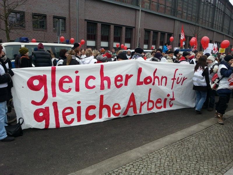 Von wegen - gleicher Lohn für gleiche Arbeit. Zum Auftakt der großen Streikwelle im Februar gingen in Berlin mehrere Tausend Lehrer mit der Forderung in den Ausstand. Passiert ist nichts. Foto: GEW BERLIN