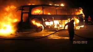 Unfall im Februar 2012 in Niedersachsen: Der Bus brannte vollständig aus. Foto: Polizeiinspektion Heidekreis