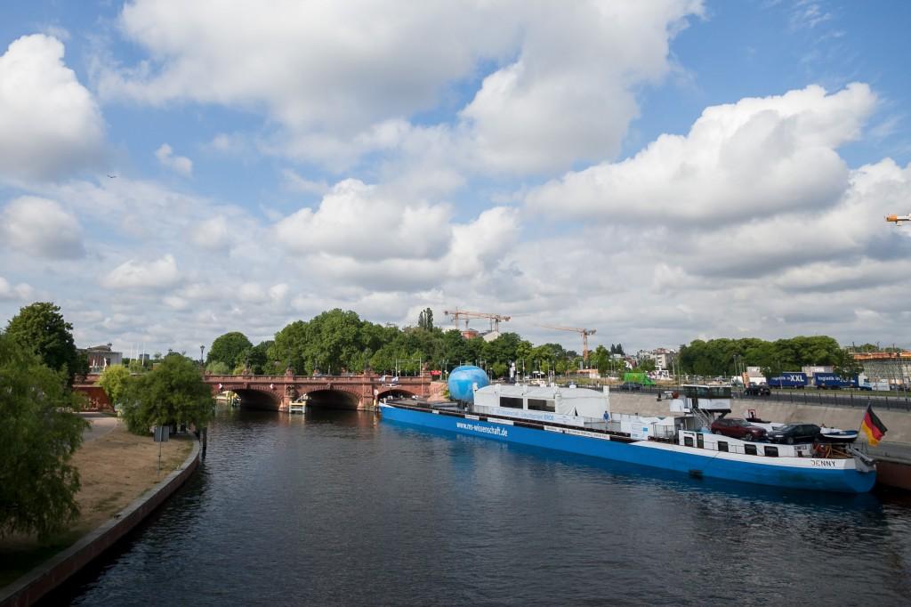 Das Aussstellungsschiff legt in 36 Städten in Deutschland und Österreich an. (Foto: Ilja Hendel/WiD)