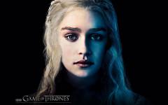 Die Schauspielerin Emilia Clarke als Daenerys Targaryen, der bekanntesten Figur aus der Serie Game of Thrones. G.O.T ist eine der aktuell erfolgreichsten amerikanischen Serien, in der sich die Handlung nach den Büchern von George R. R. Martin richtet. Die Serie war indes so erfolgreich, das sie mittlerweile in der Handlung vor den augenblichlich erhältlichen Büchern liegt. (CC BY 2.0)