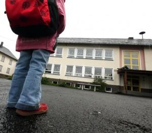 """""""Kurze Beine - kurze Wege"""": Kinder sollen auch zukünftig in ihrem Wohnort zur Schule gehen können, fordern Lehrerverbände; Foto: Jens Weber / pixelio.de"""