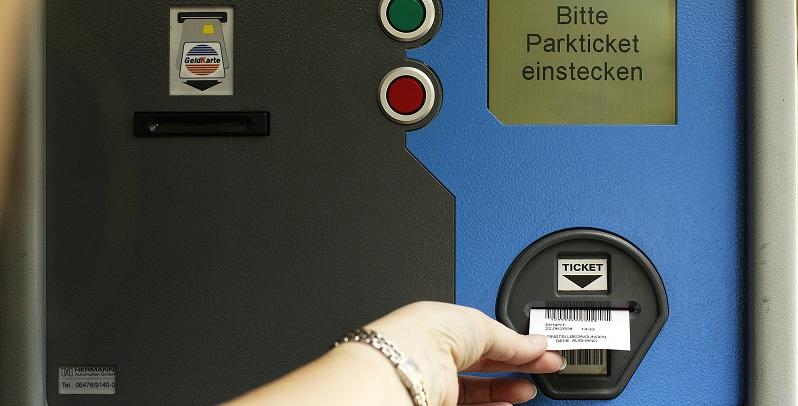 Steht bald ein Ticket-Automat am Schulparkplatz? Foto: Harry Hautumm / pixelio.de (1)