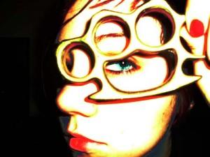 Das Foto zeigt eine junge Frau aus der Skinhead-Szene mit Schlagring. Foto: ♪♫PSICO--MOD♪♫ / Flickr (CC BY 2.0)