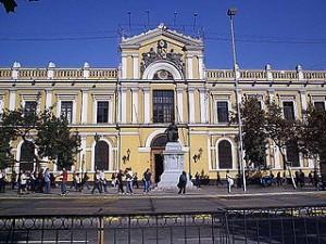 Um den Zugang dazu wird hart gekämpft: Die front der Universidad de Chile.(Foto: Patricio Mecklenburg/Wikimedia CC BY-SA 3.0)