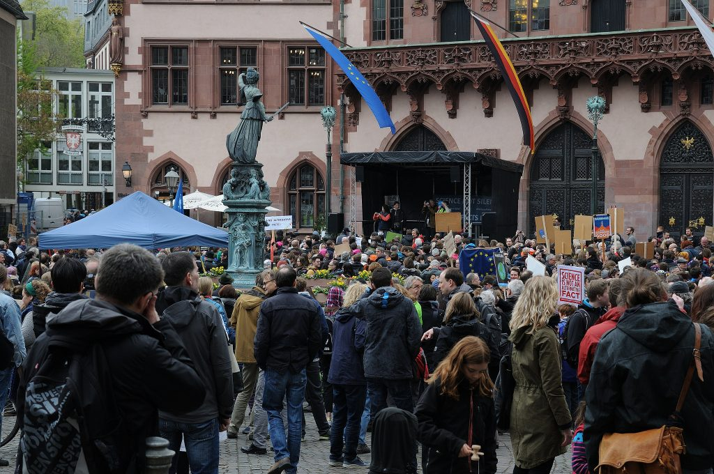 "An den Demonstrationen - hier in Frankfurt am Main - beteiligten sich viele Wissenschaftler. Foto: Auch Schüler gingen beim ""march for science"" mit. Foto: Science March Frankfurt"