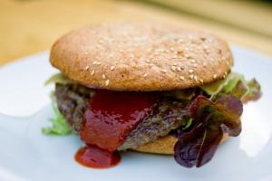 Sieht kaum anders aus als ein herkömmliches Produkt: ein Bio-Burger. Foto: kadluba / Flickr (CC BY-SA 2.0)