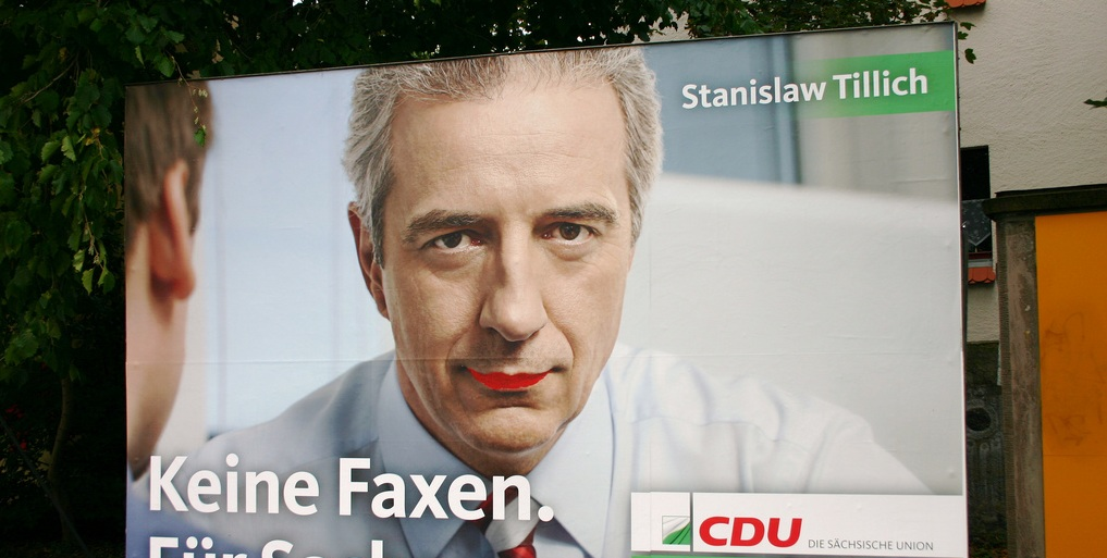 """""""Keine Faxen für Sachsen"""" hatte Stanislaw Tillich im Wahlkampf versprochen: Bemaltes CDU-Plakat. Foto: acidpix / Flickr (CC BY 2.0)"""