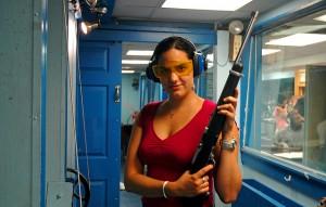 """""""Restrisiko nicht auszuschließen"""": Sportschützin auf einem Schießstand. Foto:"""