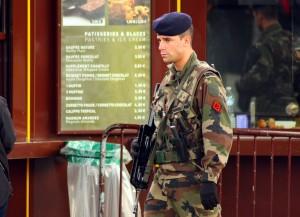 In Frankreich herrscht jnach dem Anschlag die höchste Sicherheitsstufe (Hier ein Soldat in Paris) (Foto: Eisenbahner/Flickr CC BY 2.0)