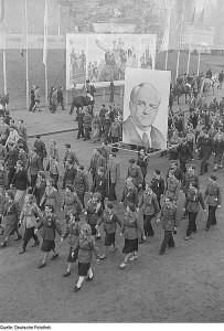 Mitglieder der Freien Deutschen Jugend marschieren mit einem Pieck-Bildnis anläßlich der Feier zum Gedenken an die Völkerschlacht. (Foto: Deutsche Fotothek/Wikimedia CC BY-SA 3.0 DE)