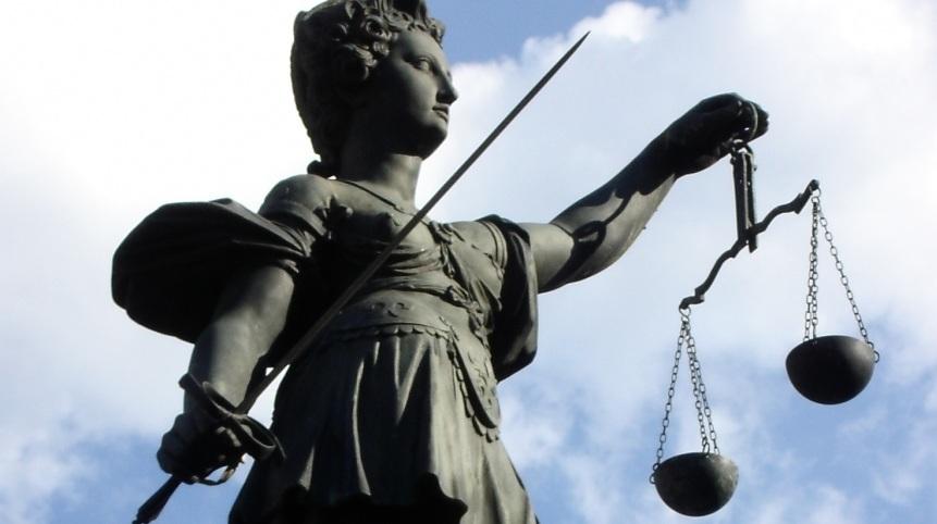 Wer einen Lehrer schlägt, hat laut Gericht offenbar nur die Mindeststrafe verdient. Ob der  Richter bei einem tätlichen Angriff auf einen Polizisten genauso milde geurteilt hätte? Foto: Florentine / pixelio.de