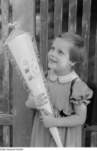 So viel hat sich nicht geändert: Schultutensilien, Süßigkeiten und Bücher kommen auch heute noch in die Schultüte. Foto: Deutsche Fotothek / Wikimedia Commons (CC BY SA 3.0)