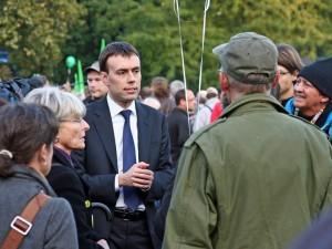 Nils Schmid im Gespräch mit Stuttgart 21-Demonstranten im Jahr 2010. (Foto: Flickr