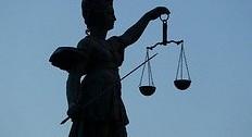 Mit falschen Zeugnissen zur Lehrerstelle: Die Staatsanwaltschaft Landau klagte den Mann nun an. Foto: mcschindler/Flickr