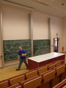 Für Kindervorlesungen müssen viele Professoren umdenken. (Foto: tyo/Flickr CC BY 2.0)