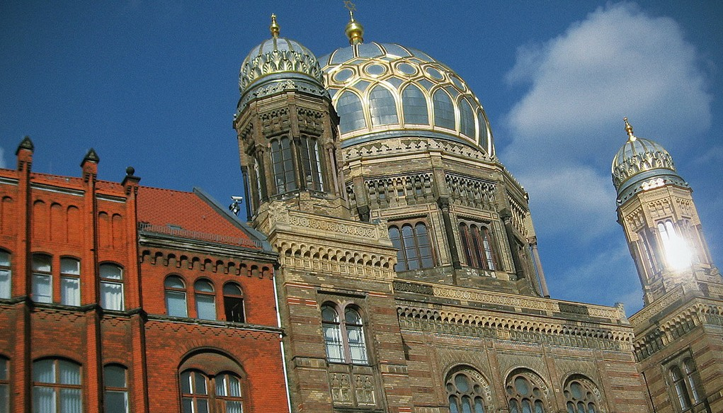 """""""Wir müssen den Schülern zeigen, dass das jüdische Leben in Deutschland auch vor 1933 und nach 1945 stattgefunden hat"""": Die """"Neue Synagoge"""" in Berlin. Foto: Daniel Ad/Flickr (CC BY-SA 2.0)"""