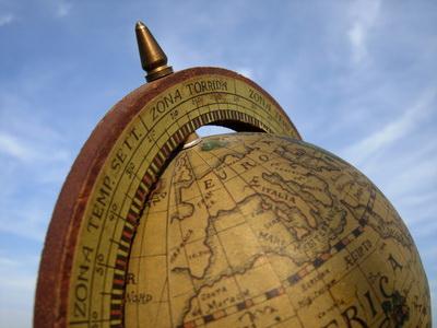 Räumliches Denkem wird eher mit einem Globus geschult als mit einem Navigationsgerät. (Foto: Jörg Kleinschmidt/pixelio)