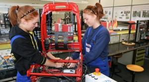 Einen Ausbildungsplatz zu finden, ist für die meisten Jugendlichen heute kein Problem: Angehende Elektronikerinnen für Betriebstechnik. Foto: ME-Arbeitgeber / Flickr (CC BY 2.0)