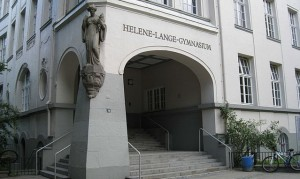 Der Eingang des Helene-Lange-Gymnasiums in Hamburg (Foto: JakobS./Wikimedia)