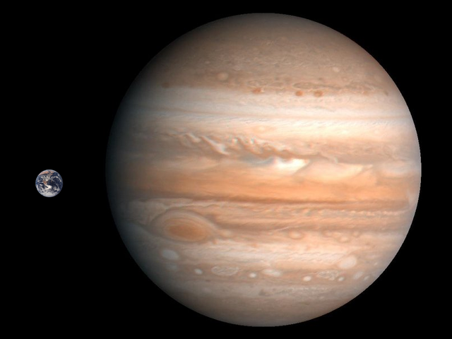 Die Erde (links) im Vergleich zum Jupiter. (Foto: Wikimedia/gemeinfrei)