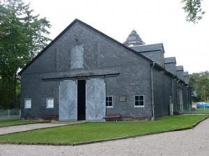 Das Lager Laura, hier die Scheune, die als Hauptgebäude benutzt wurde, gehörte zum KZ-Buchenwald. (Foto: Peter Braun74/Wikimedia CC BY-SA 3.0)