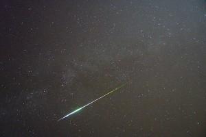 Die Perseiden sind ein jährlich in der ersten Augusthälfte wiederkehrender Meteorstrom, der in den Tagen um den 12. August ein deutliches Maximum an Sternschnuppen (hier von 2009) aufweist. (Foto: Andreas Möller/Wikimedia CC BY-SA 3.0)