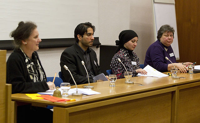 """Der Theologe Khorchide auf dem Podium beim """"theologischen Forum Christentum Islam 2010"""". (Foto: Wikimedia/Max Bernlochner CC BY-SA 3.0)"""