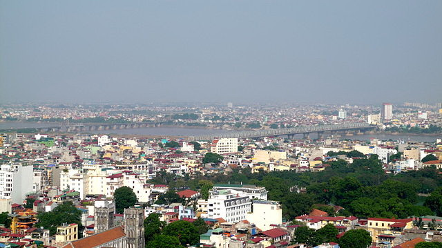 "Blick auf Hanoi und die Brücke. (Foto: ""View of Hanoi with Chuong Duong Bridge"" von Nam-ho Park - Flickr: P1000220. Lizenziert unter CC BY 2.0 über Wikimedia Commons - http://commons.wikimedia.org/wiki/File:View_of_Hanoi_with_Chuong_Duong_Bridge.jpg#/media/File:View_of_Hanoi_with_Chuong_Duong_Bridge.jpg"