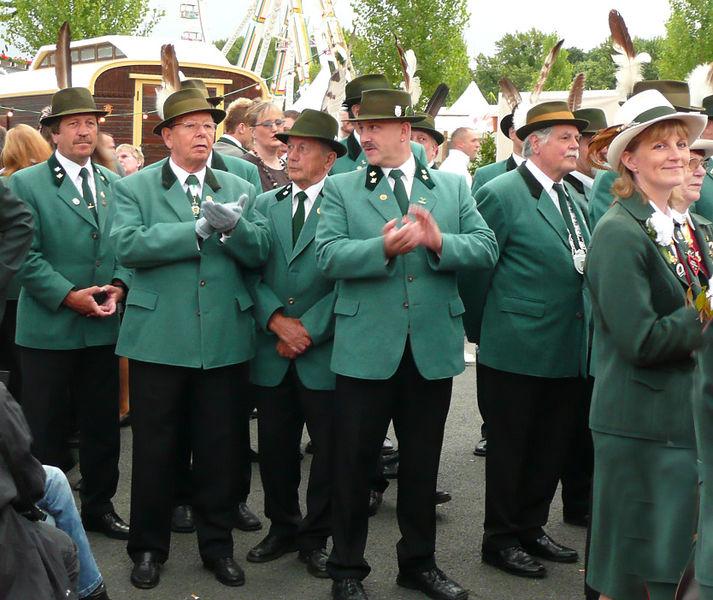 Christliche Werte: Teilnehmer eines Schützenfestes in Hannover. Foto: Axel HH / Wikimedia Commons