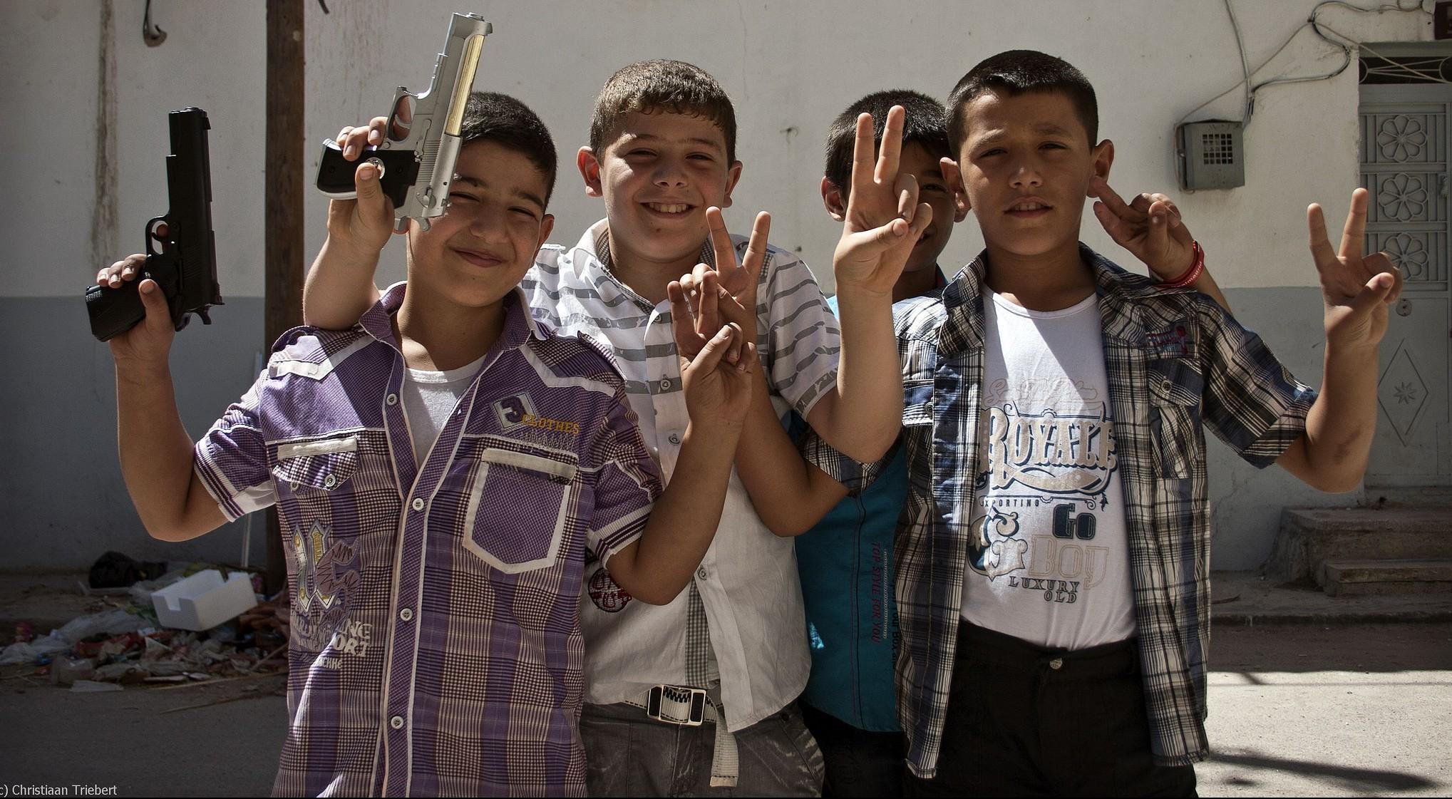 Der Krieg gehörte für Kinder aus Syrien zum Alltag, hier: Jungen in Azaz. Wie gehen sie damit um? Foto: Christiaan Triebert / flickr (CC BY 2.0)
