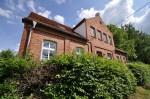 Schon lange geschlossen: Die ehemalige Dorfschule im brandenburgischen Biesenbrow. Foto: Jonas Rogowski / Wikimedia Commons (CC BY-SA 3.0)