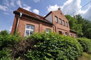 Die ehemalige Dorfschule im brandenburgischen Biesenbrow. Foto: Jonas Rogowski / Wikimedia Commons (CC BY-SA 3.0)
