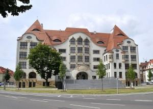 Außenaufnahme des Haupteingangs des renovierten Gutenberg-Gymnasiums in Erfurt. Foto: CTHOE / Wikimedia Commons (CC BY-SA 3.0)