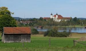 Die Mädchenrealschule, die zum beschaulichen Kloster Schlehdorf gehört, soll geschlossen werden. (Foto: Schlaier/Wikimedia)