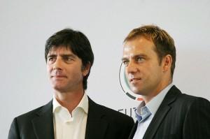Bundestrainer Joachim Löw, hier mit Co-Trainer Hansi Flick, versteht sich offenbar gut mit dem Nachwuchs. (Foto: Thomas Holbach/Wikipedia CC BY-SA 3.0)