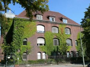 Das Robert_Koch Institut im Berliner Stadtteil Wedding ist für die Lagebeurteilung zuständig. (Foto: Fridolin Freudenfett/Wikimedia CC BY-SA 3.0)