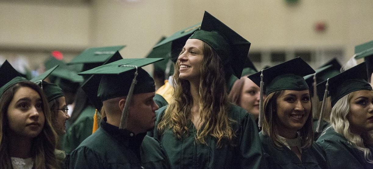 In den USA werden Hochschulabschlüsse gefeiert (wie hier am College of DuPage in Illinois), in Deutschland wird gemahnt. Foto: COD Newsroom / flickr (CC BY 2.0)