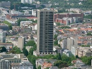 Etwa alle fünf bis zehn Tage sei einer der Fahrstühle im Frankfurter AfE-Turm stecken geblieben. Foto: Jossejonatan / Wikimedia Commons (CC BY-SA 3.0)