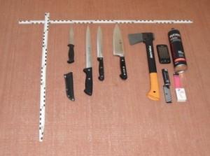 Die sichergestellten Tatwaffen der 13-Jährigen. Foto: Polizei