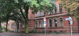 Juristischer Paukenschlag: Amtsgericht verurteilt Lehrer wegen Freiheitsberaubung, weil er sich vor die Klassentür setzte