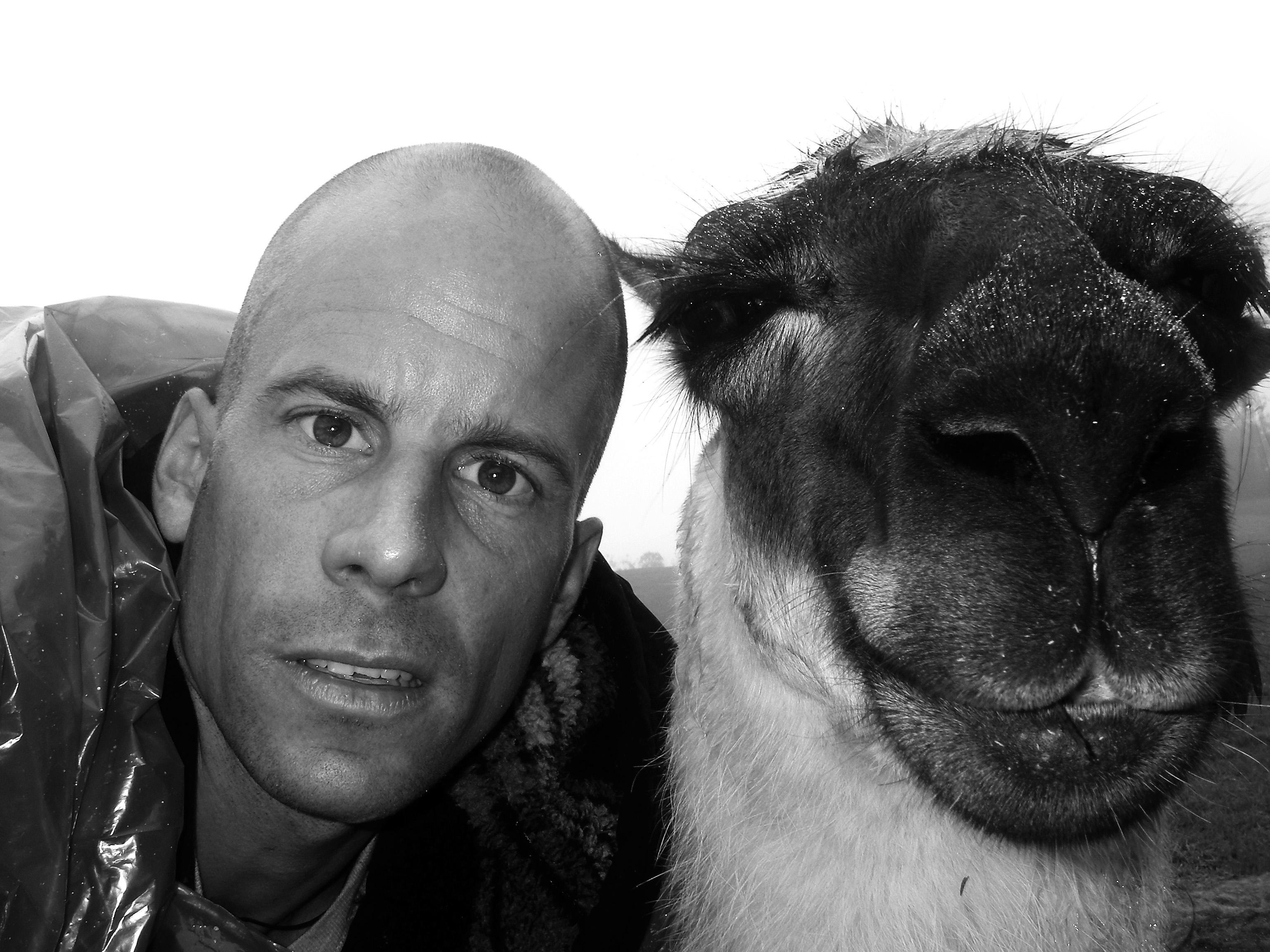 Autor Andi: Porträt mit einem Lama in Macchu Pichu/Peru. (Foto: Privat)