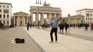 """Adam versucht sich als Straßenartist am Brandenburger Tor. (Foto: obs/ZDF/ZDF/ Dieter Nathan"""")"""