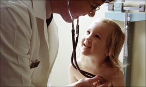 Bei fast 2.000 Kindern, die zur Schuleingangsuntersuchung antraten stellten die Gesundheitsämter Bedarf an medizinisch-therapeutischen Maßnahmen fest. Foto: Unbekannt (http://www.defenseimagery.m il; VIRIN: DA-ST-85-12888) / Wikimedia Commons