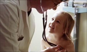Viele Schüler sehen nach der Schuleingangsuntersuchung jahrelang keinen Arzt mehr. Foto: Unbekannt (http://www.defenseimagery.mil; VIRIN: DA-ST-85-12888) / Wikimedia Commons
