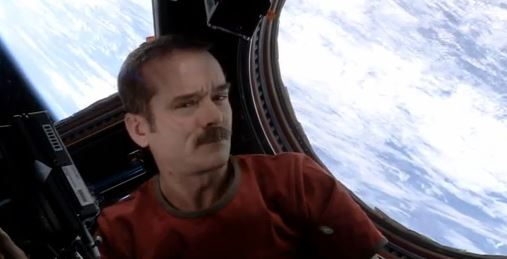 Astronaut Chris Hadfield wurde mit einer Interpretation des David-Bowie-Hits «Space Oddity» auf der Internationalen Raumstation ISS bekannt. Screenshot: Youtube