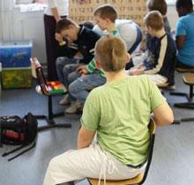 Ein Klassenzimmer, zwei Welten: Autisten möchten nicht ausgeschlossen sein und Aufgaben trotzdem auf ihre eigene Art machen. (Foto: Alex Büttner)
